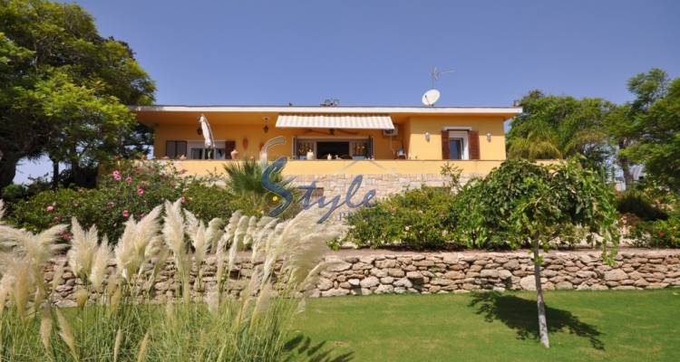 Villa with large plot for sale in La Marina, Costa Blanca - front