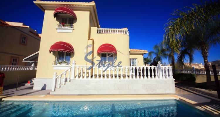 Villa for sale in La Zenia, Costa Blanca - Pool