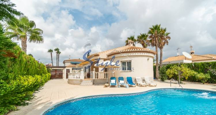 Independent villa for sale with 3 bedrooms and 2 bathrooms located in a privileged area of Playa Flamenca close to La Mosca beach