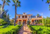Villa with own garden and pool for sale located in a quiet and privileged area of Los Balcones, Torrevieja
