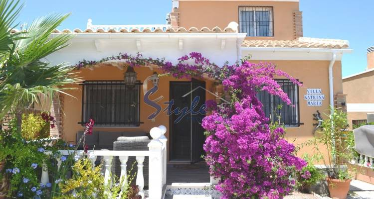 Detached villa for sale with own garden and community pool located in a quiet area of Los Balcones, Torrevieja