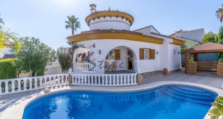 Buy independent chalet with private pool, 800m from the beach in Mil Palmeras. ID 4606